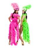 Zwei Karnevalstänzerfrauen, die gegen lokalisierten weißen Hintergrund tanzen Lizenzfreie Stockbilder