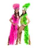 Zwei Karnevalstänzerfrauen, die gegen lokalisierten weißen Hintergrund tanzen Lizenzfreie Stockfotografie