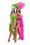 Zwei Karnevalstänzerfrauen, die gegen lokalisierten weißen Hintergrund tanzen Stockfoto