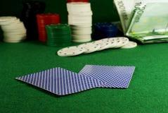 Zwei Karten auf der Kasinotabelle Stockfotos