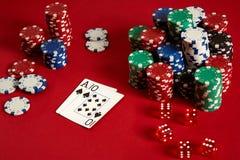 Zwei Karten und Chips auf einem roten Hintergrund Große Wette des Spielgeldes Karten - Ace und zehn Ihre Verteilung am Tisch Stockfoto