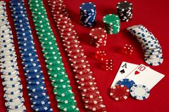 Zwei Karten und Chips auf einem roten Hintergrund Große Wette des Spielgeldes Karten - Ace und zehn Ihre Verteilung am Tisch Stockfotos