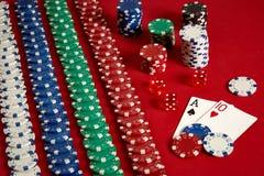 Zwei Karten und Chips auf einem roten Hintergrund Große Wette des Spielgeldes Karten - Ace und zehn Ihre Verteilung am Tisch Stockbild