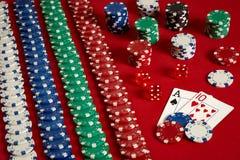Zwei Karten und Chips auf einem roten Hintergrund Große Wette des Spielgeldes Karten - Ace und zehn Ihre Verteilung am Tisch Lizenzfreie Stockbilder