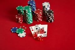 Zwei Karten und Chips auf einem roten Hintergrund Große Wette des Spielgeldes Karten - Ace und zehn Ihre Verteilung am Tisch Stockbilder
