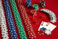 Zwei Karten und Chips auf einem roten Hintergrund Große Wette des Spielgeldes Karten - Ace und zehn Ihre Verteilung am Tisch Lizenzfreies Stockfoto