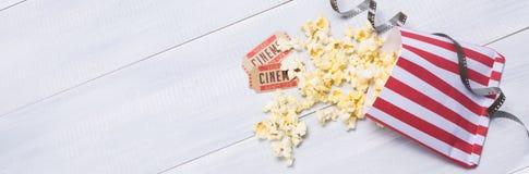 Zwei Karten und Popcorn für das Gehen zu den Filmen stockfotografie