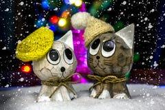 Zwei Katzen in den Hüten im Schnee Lizenzfreie Stockfotos