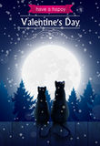 Zwei Katzen, die O ein Zaun betrachtet den Mond sitzen Lizenzfreies Stockbild