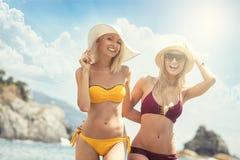 Zwei kaukasische Frauen, die Spaß auf dem Strand haben Lizenzfreies Stockbild