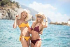 Zwei kaukasische Frauen, die Spaß auf dem Strand haben Lizenzfreies Stockfoto