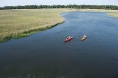 Zwei kayaking Jungen. Lizenzfreie Stockfotos