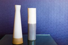 Zwei keramische Vasen auf einem Glastisch Lizenzfreies Stockfoto