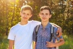 Zwei Kerle, die an einem sonnigen Tag umarmen Lizenzfreie Stockfotos