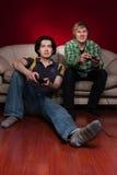 Zwei Kerle, die Videospiele spielen Stockbild