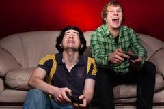 Zwei Kerle, die Videospiele spielen Lizenzfreies Stockfoto