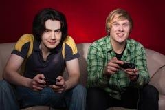 Zwei Kerle, die Videospiele spielen Stockfoto