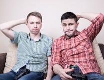 Zwei Kerle, die Videospiele spielen Stockbilder