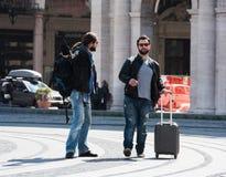 Zwei Kerle kämpfen mitten in der Straße öffentlich Lizenzfreies Stockfoto
