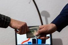 Zwei Kerle oder Geschäftsmannhandelsaustausch falteten Dollar von der Hand Stockbild