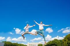 Zwei Kerle schweben in der Luft lizenzfreie stockfotos