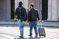 Zwei Kerle sind gehend joying und lizenzfreie stockfotografie