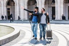 Zwei Kerle sind gehend joying und lizenzfreies stockbild