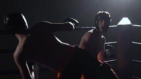 Zwei Kerle, zum im Ring in der Dunkelheit zu kämpfen Langsame Bewegung stock video footage