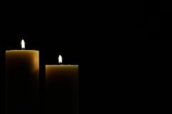 Zwei Kerzen mit dunklem Hintergrund stockfotos