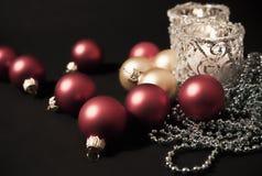 Zwei Kerzen mit Weihnachtenbaum Dekorationen stockbild