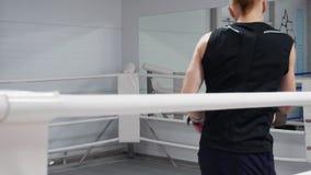 Zwei kickboxers, die muay thailändische Übung auf Boxring ausbilden Kämpfer in den boxenden Handschuhen bei der Auseinandersetzun