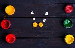 Zwei Kiesellächeln mit Farbe Stockfoto