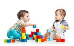 Zwei KindBausteinkontrollt?rme Getrennt auf wei?em Hintergrund lizenzfreie stockfotografie