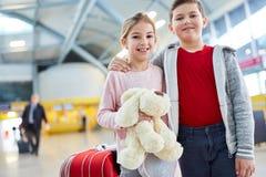 Zwei Kinder als beste Freunde im Flughafen stockbilder