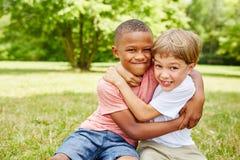 Zwei Kinder als Freundkämpfen stockfotografie