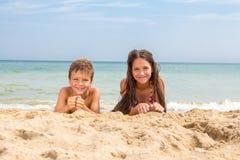 Zwei Kinder auf dem Strand Stockfotos