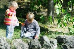Zwei Kinder auf Natur Stockbild