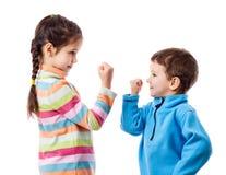 Zwei Kinder bedrohen sich eine Faust lizenzfreies stockfoto