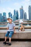 Zwei Kinder in der großen modernen Stadt Lizenzfreie Stockbilder