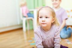 Zwei Kinder an der Kindertagesstätte Lizenzfreies Stockbild