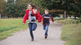 Zwei Kinder, die auf Park laufen stock footage