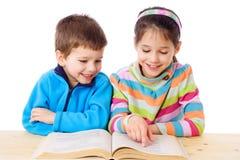 Zwei Kinder, die das Buch lesen Lizenzfreies Stockfoto