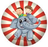 Zwei Kinder, die an der Rückseite eines grauen Elefanten reiten Lizenzfreie Stockfotografie