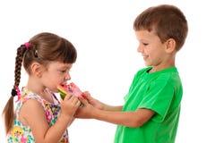 Zwei Kinder, die eine Wassermelone essen Lizenzfreies Stockfoto