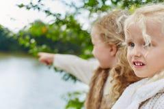 Zwei Kinder, die an einem Feiertag spielen Stockbilder