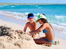 Zwei Kinder, die im Sand spielen Stockfotografie