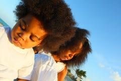 Zwei Kinder, die im Sand spielen Stockfotos