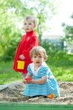 Zwei Kinder, die im Sandkasten spielen Lizenzfreies Stockfoto