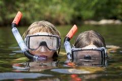 Zwei Kinder, die im Wasser spielen Stockfotos