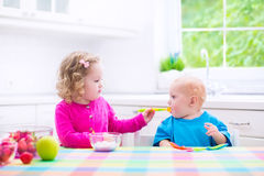 Zwei Kinder, die Jogurt essen Lizenzfreie Stockfotos